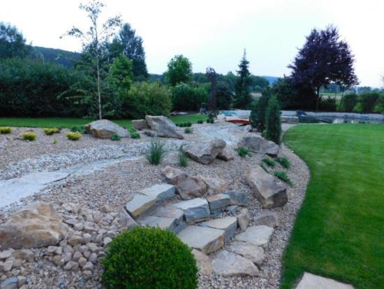 Štěrkové záhony a skalky prozáří vaši zahradu. Chtějte originální záhonové obruby i vy!