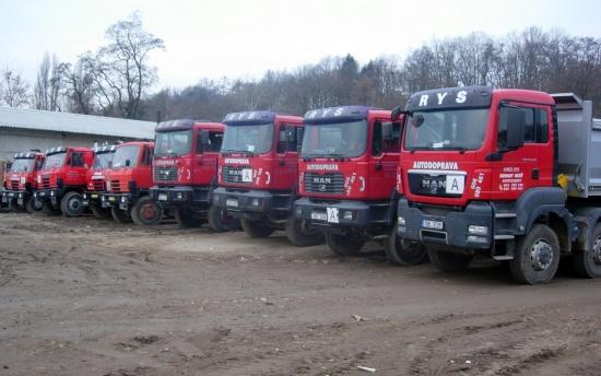 Dopravíme stavební materiál našimi nákladními vozy, odvezeme ale také stavební odpad.