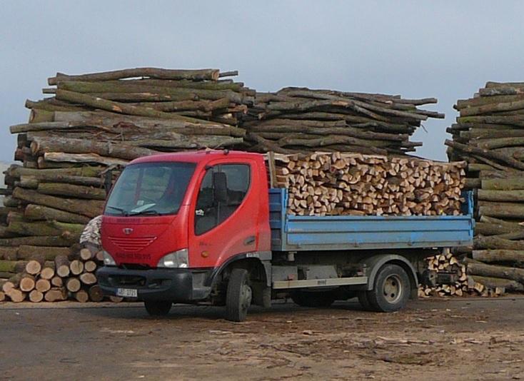 Suché palivové dřevo na prodej