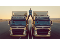 Jean - Claude Van Damme a jeho impozantní roznožka ukazují preciznost řízení Volvo Trucks