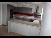 Zakázková výroba nábytku, která se týká vestavěných skříní, kuchyní, interiérových dveří a šatních místností
