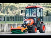 Jihokorejský traktor Kioti – dokonalý pomocník pro obce v oblasti komunálních služeb