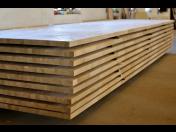 Výroba dřevěných spárových desek u rodinné firmy Podhaji