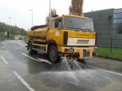 Prenájom cisterny a kropiaceho vozidla s vodičom na čistenie a údržbu ciest a cestných komunikácií