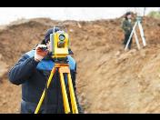 Geodetické práce v Lounech s použitím kvalitních a přesných přístrojů