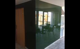 Skleněné obklady vhodné do domácností i komerčních prostor