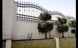 Betonový plot s kováním - Petr Harašta