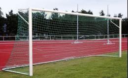 Fotbalová branka v zemních pouzdrech s horním ramenem sítě