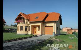 Dřevěná okna a dveře dodají vašemu domu přirozený vzhled.