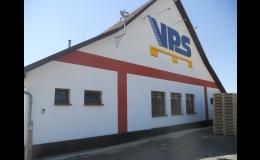 Společnost Jan Šuster - VPS vyrábí dřevěné palety pro skladování a převoz zboží.