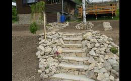 schody jako součást skalky